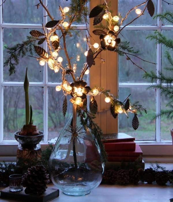 Новогодние огни на окнах дома