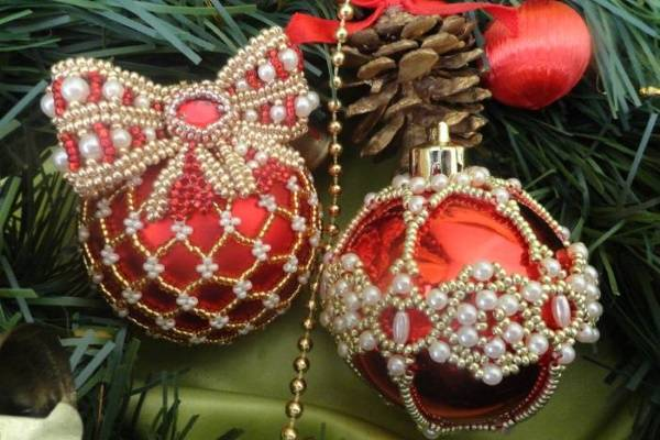 Как можно украсить новогодний шар - фото с бисером