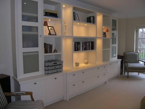 Белая стенка со встроенной светодиодной подсветкой