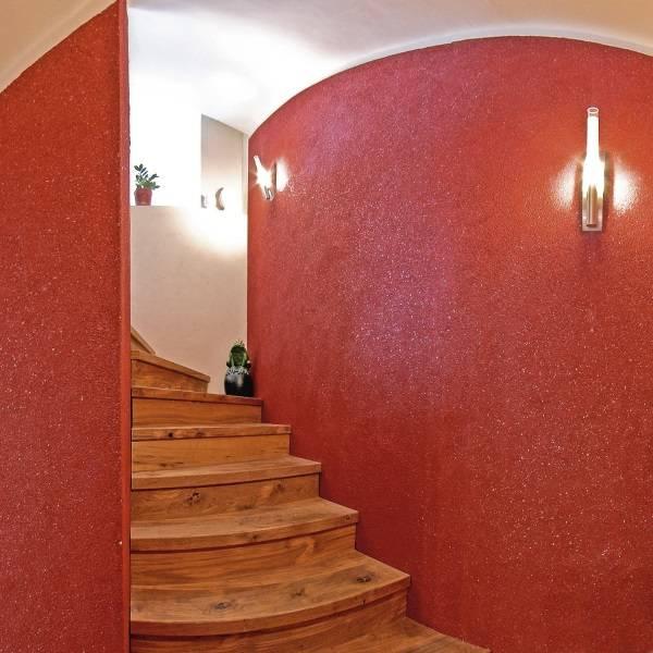 Красные жидкие обои в коридоре в интерьере - фото лестницы