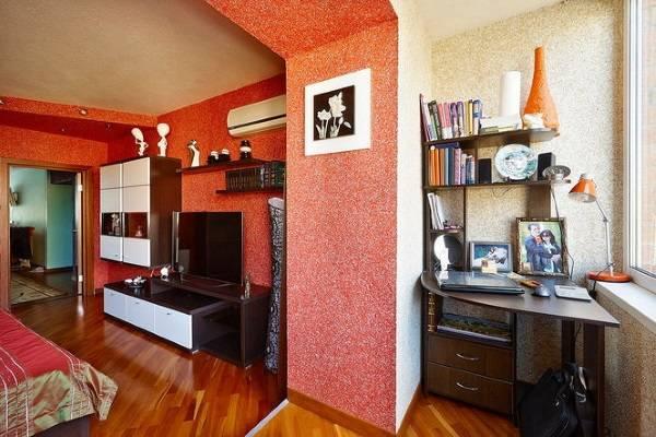Красные жидкие обои для стен - фото в зале с балконом