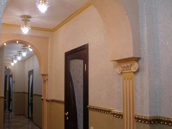 Комбинирвоанные жидкие обои в коридоре - фото