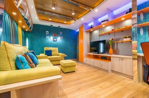 Ярко синие жидкие обои - дизайн гостиной