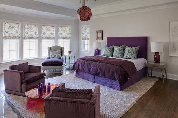 Фиолетовая мебель в спальне - дизайн фото со светлыми стенами