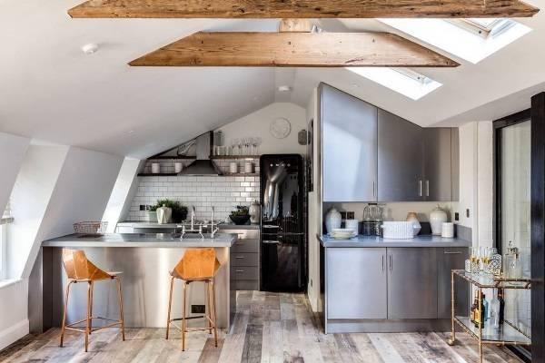 Белая кухня лофт с деревянным полом и балками