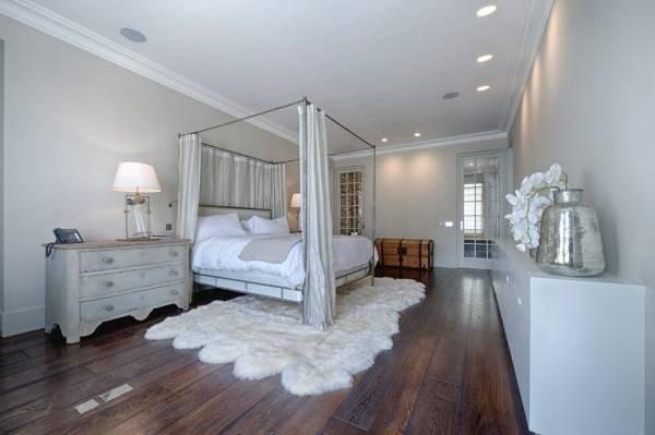 Большая спальня шебби шик с деревянным полом