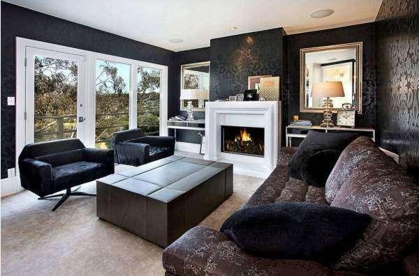 Черные обои и темная мебель в гостиной