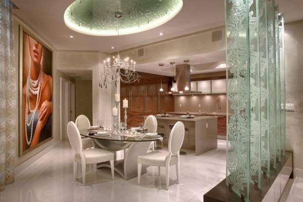 Необычные перегородки из стекла в дизайне квартиры