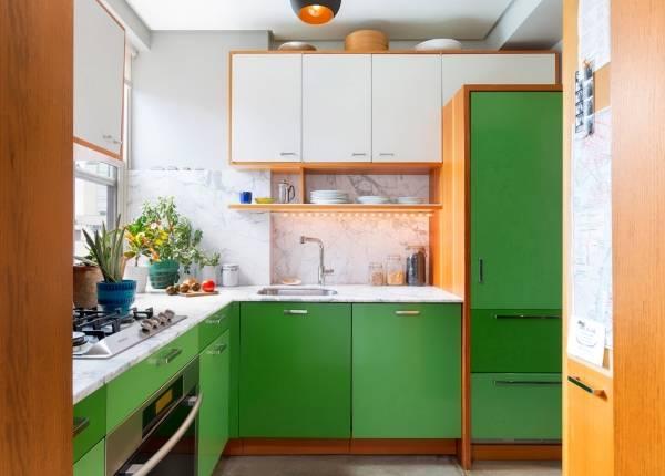 Маленькая кухня в белом и зеленом тонах