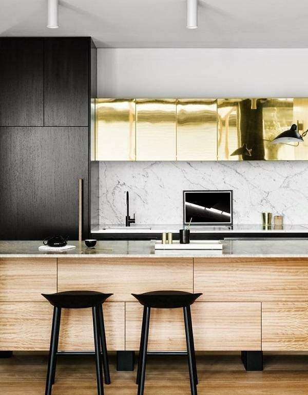 Сочетание дерева, металла и мрамора в дизайне кухни 2018