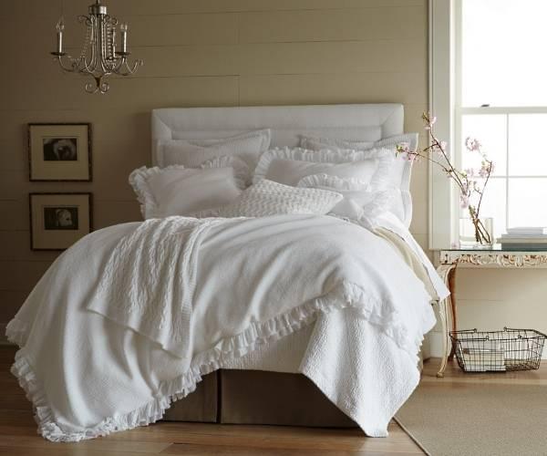 Спальня шебби шик в белом и бежевом цветах