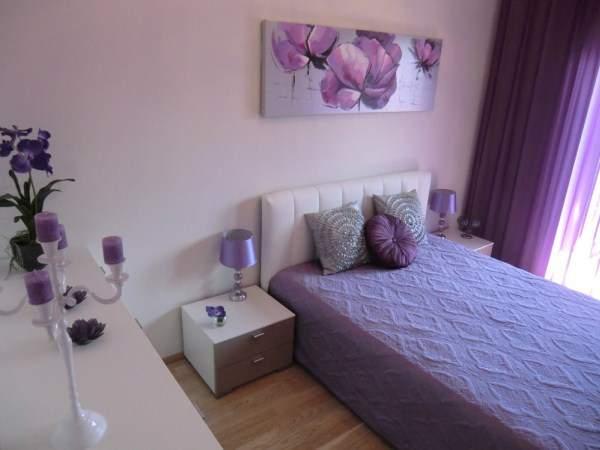 Фиолетовые шторы в спальню - фото с красивым декором