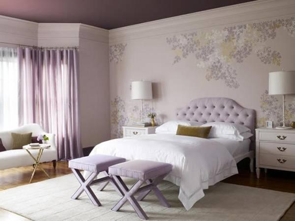 Фиолетовые обои, шторы и потолок в спальне - фото