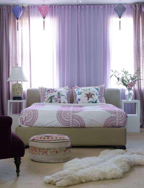 Прозрачные фиолетовые шторы в спальню - фото в интерьере