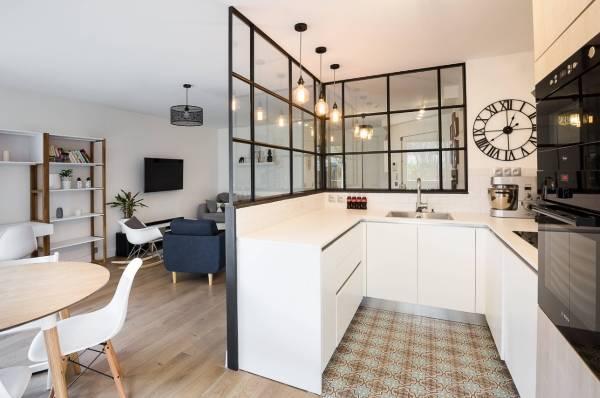 Межкомнатные перегородки из стекла - зонирование кухни в квартире студии