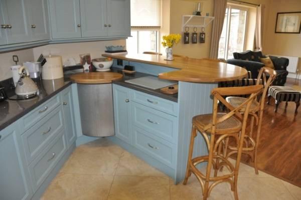 Голубой угловой кухонный гарнитур с барной стойкой - фото в интерьере