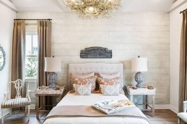 Интерьер спальни в стиле шебби шик - фото с обоями под дерево