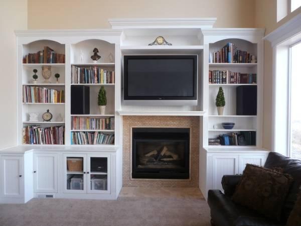Встроенная стенка с телевизором над камином