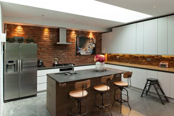 Кухни в стиле лофт с кирпичом - фото с белыми шкафами