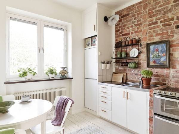 Белая кухня в стиле лофт с кирпичом - фото в хрущевке