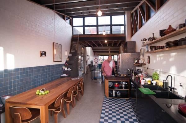 Дизайн кухни в стиле лофт с отделкой плиткой