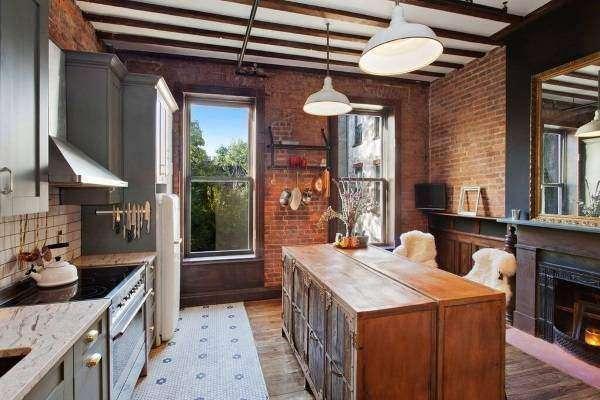 Серая мебель для кухни в стиле лофт с кирпичной стеной