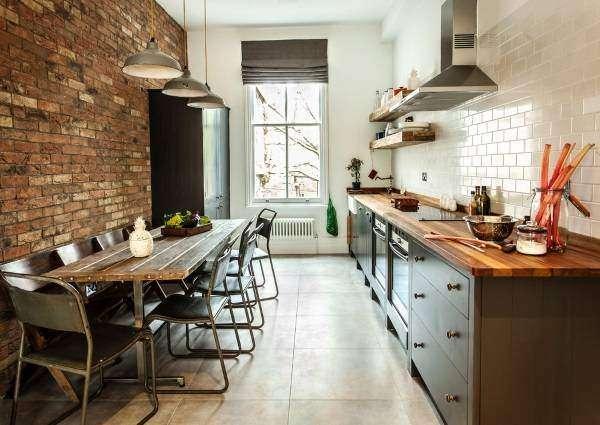 Стиль лофт - кухня с кирпичной стеной и белой плитки