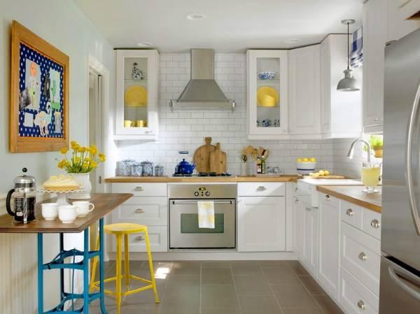 Интерьер маленькой кухни с угловыми шкафами и барной стойкой - фото