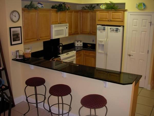Барная стойка между кухней и гостиной - фото угловой кухни