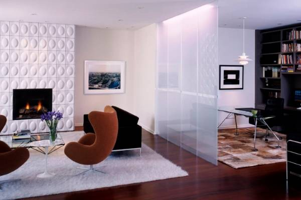 Стеклянная перегородка в квартире студии - гостиная и офис