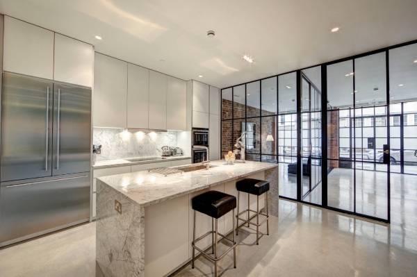Межкомнатные стеклянные перегородки - фото шикарной квартиры лофт