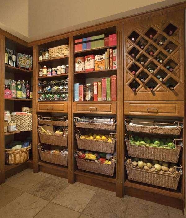 Плетеные корзины для овощей в дизайне кладовки
