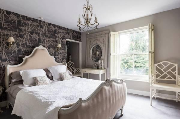 Шебби шик в интерьере спальни с коричневом и кремовом тонах