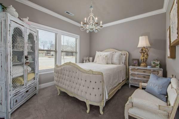 Необычный дизайн спальни в стиле шебби шик