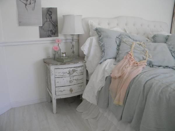 Спальня в стиле шебби шик в сером, розовом и белом