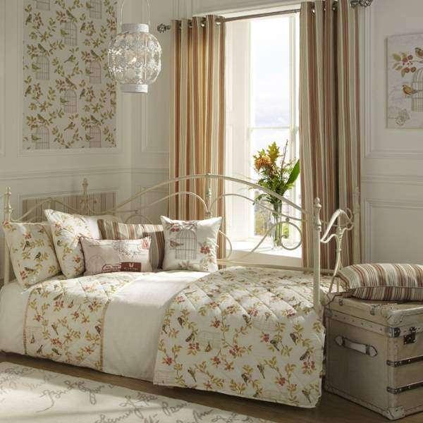 Стильный дизайн спальни шебби шик с кованой кушеткой
