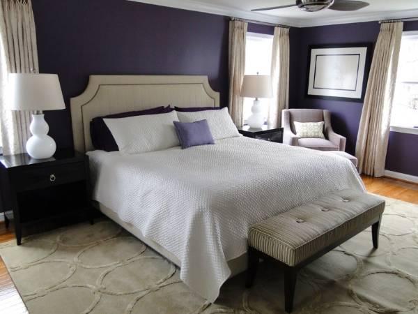 Темно-фиолетовый цвет баклажана на стенах спальни