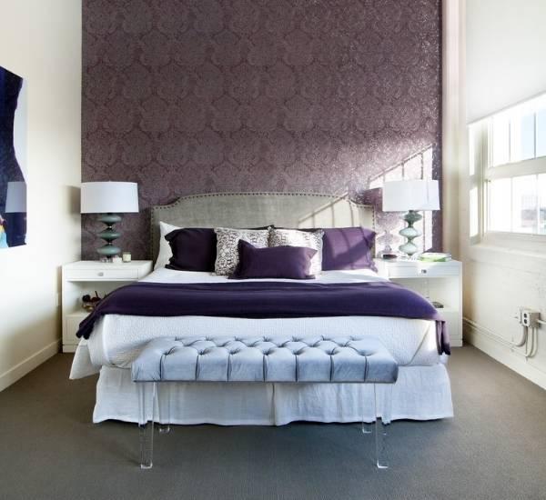 Дизайн спальни в фиолетовых тонах с голубыми деталями