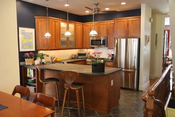 Vаленькие угловые кухни с барной стойкой - фото в темных тонах