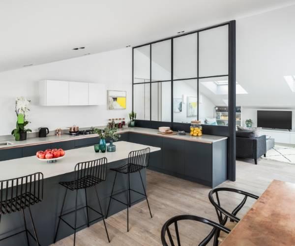 Оригинальные и стильные стеклянные перегородки в квартире