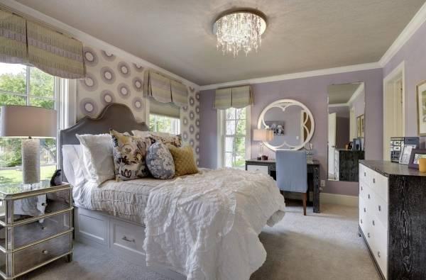 Фиолетовые обои в спальне и светлые тона