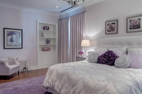 Спальня в фиолетовом цвете с белыми акцентами