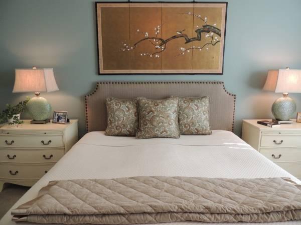 Красивая спальня с японской картиной в интерьере
