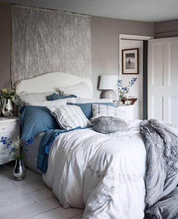 Шебби шик спальня с серыми стенами, бело-синим декором