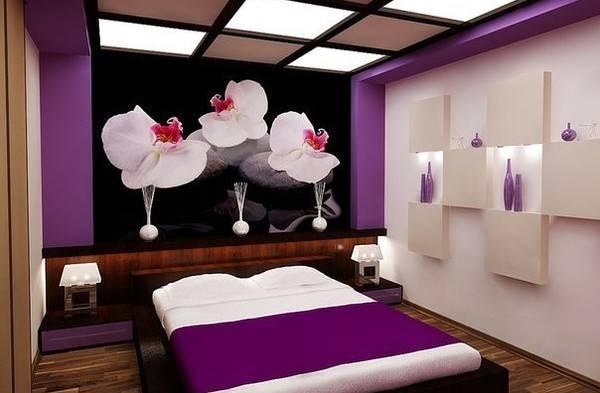 Ярко-фиолетовый цвет и фотообои в дизайне спальни