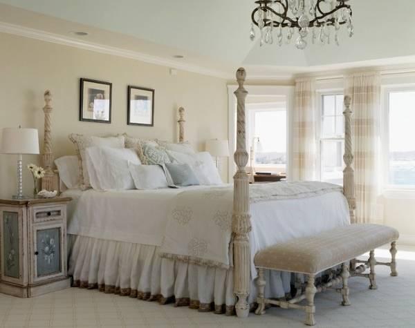 Спальня в стиле шебби шик с большой кроватью с колоннами