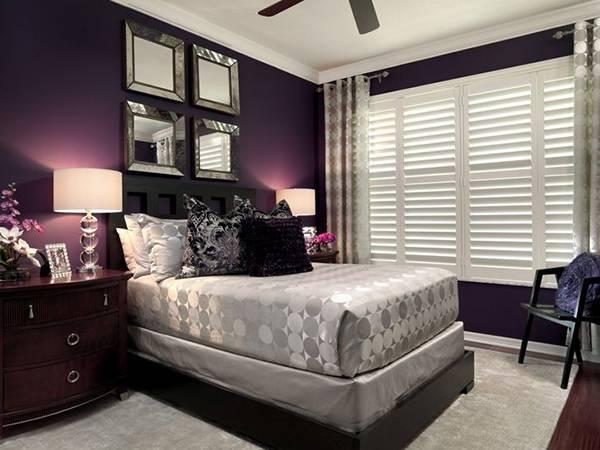 Сочетание фиолетового с серебристыми тонами в спальне