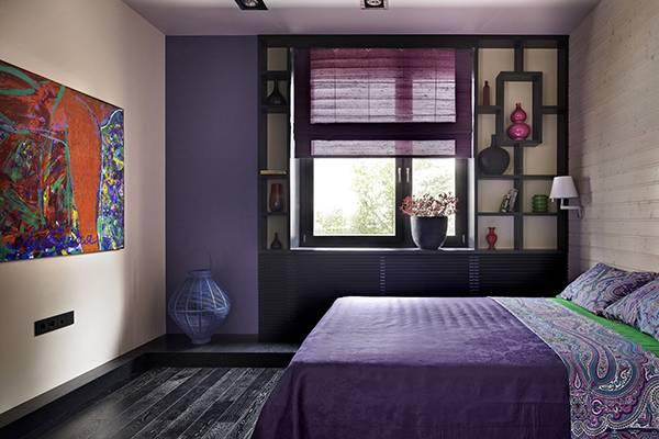 Спальня в фиолетовом цвете - дизайн фото с темным деревом