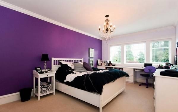 Яркие фиолетовые стены в спальне за изголовьем