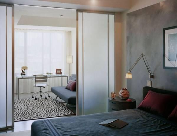 Стеклянные раздвижные двери и перегородки - фото в квартире